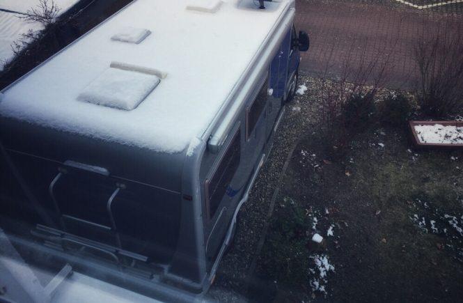 Durch das Fenster aus Reisemobil